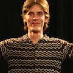Janos Crecelius an der Djembe
