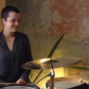Sofia Borges am Schlagzeug
